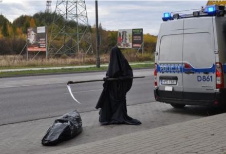 """""""Śmierć"""" przy drodze, obok ofiara wypadku. Miała ostrzec kierowców"""