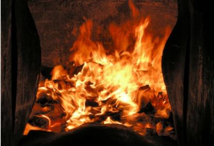 Prof. Adam Grochowalski: w 30 proc. pieców domowych w Polsce pali się śmieciami