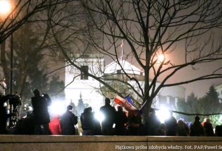 UJAWNIAMY. Opozycja planuje wprowadzenie do Sejmu bojówkarzy KOD i rozpoczęcie okupacji gmachu, z paleniem opon i barykadami