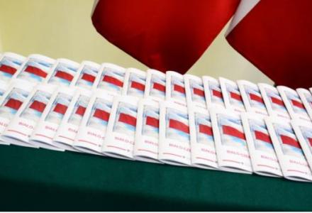 """Poradnik """"Biało-Czerwona"""", czyli jak czcić barwy narodowe"""