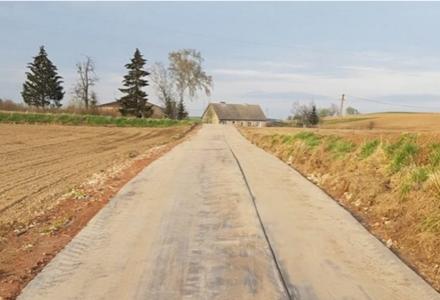 To może być hit! Kreatywny burmistrz z Mazur wybudował drogę z gumy