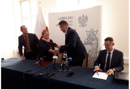 Wojewoda przekazał marszałkowi ponad 21 mln zł na drogi wojewódzkie (wideo)