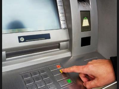 Kody QR w bankomatach. Policja ostrzega – możecie stracić pieniądze!