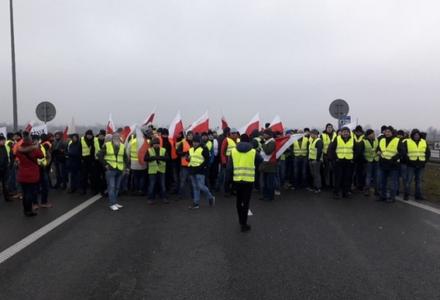 Gigantyczny korek na A2. Rolnicy blokują autostradę między Łodzią a Warszawą [WIDEO]