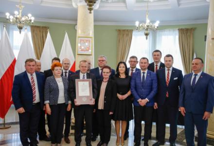 Wojewoda dał dyplomy samorządowcom broniącym rodziny (wideo)