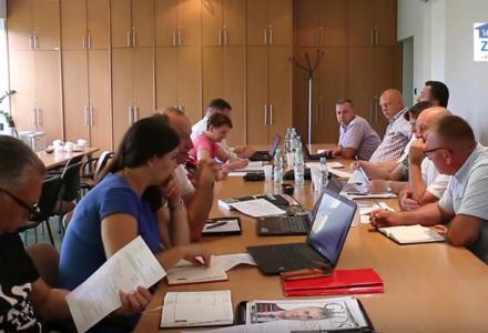 Radni w milczeniu odbyli posiedzenie Komisji Oświatowo – Społecznej [ VIDEO ]