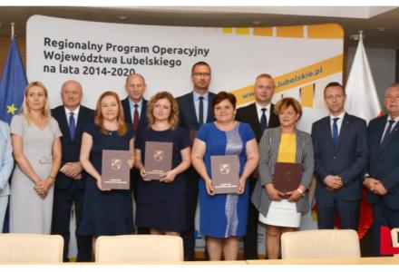 Marszałek Województwa Jarosław Stawiarski podpisał 7 umów na dofinansowanie działań w ramach usług społecznych i zdrowotnych