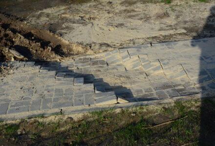 Nowo zbudowany chodnik już został uszkodzony