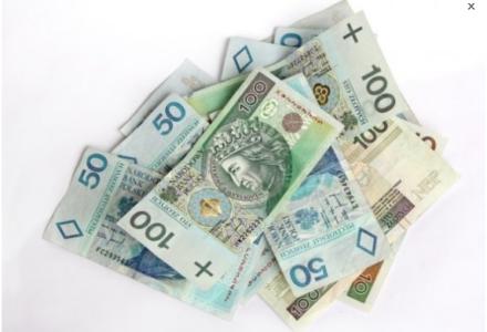 Policjanci odnaleźli wartościową poduszkę z zawartością 20 tys. zł.