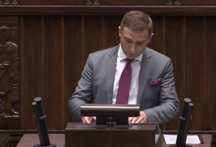 Wicemarszałek Terlecki wyłączył mikrofon Robertowi Bąkiewiczowi, który referował projekt ustawy #STOP447