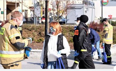 Strażacy z OSP rozdają maseczki
