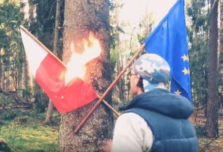 """Działacz LGBT spalił polską flagę. Swój """"happening"""" nagrał i opublikował w sieci"""