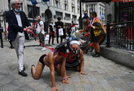 Obrzydliwe obrazki z Londynu. Podstarzali działacze LGBT prowadzą na smyczy młodych gejów. To nie jest ideologia?