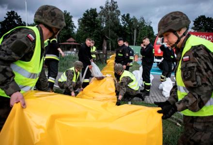 Żołnierze 2 LBOT wspierają służby w przeciwdziałaniu podtopieniom w gminie Biłgoraj