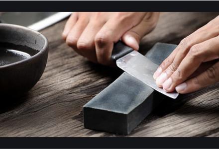 Ostrzenie na sucho noża na toczaku – Podróże w czasie z Regionalną Izbą Pamięci