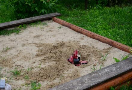 Nasadzenia krzewów na placu zabaw, który nie istnieje i wymiana piasku w piaskownicy, której nie ma to najciekawsze  tematy z XXXII sesji Rady Gminy Zamość [ VIDEO]